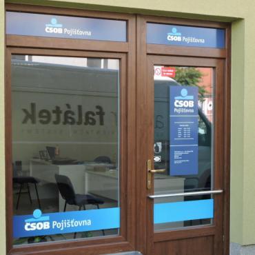 Polepy výlohy pobočky ČSOB Pojišťovny v Rokycanech